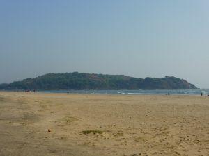 O mar é quente em relação ao natal, é como água - esta é a praia Morjim que ainda estava muito ocupado marcha tarde