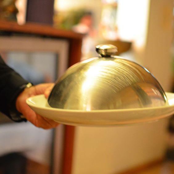 Não demorou muito e o garçom surgiu com um lindo cloche. O ritual de tirar o cloche na frente do cliente espalhando o aroma do prato por todo o ambiente é encantador.Em @hermengarda_bh - Belo Horizonte - MG - Brasil. Mais em: http://bit.ly/hermengarda ----------- #belohorizonte #belohorizontemg #belohorizontecity #igers_belohorizonte #ig_belohorizonte #bh #mg #minasgerais #minas #igersminasgerais #ig_minasgerais #lugaresdeminas #ig_minasgerais_ #MTur #ViajePeloBrasil #DicasdeDestino…