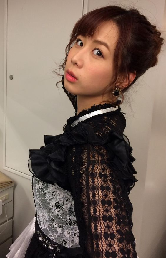 袖がシースルーになった衣装を着ている大家志津香の画像