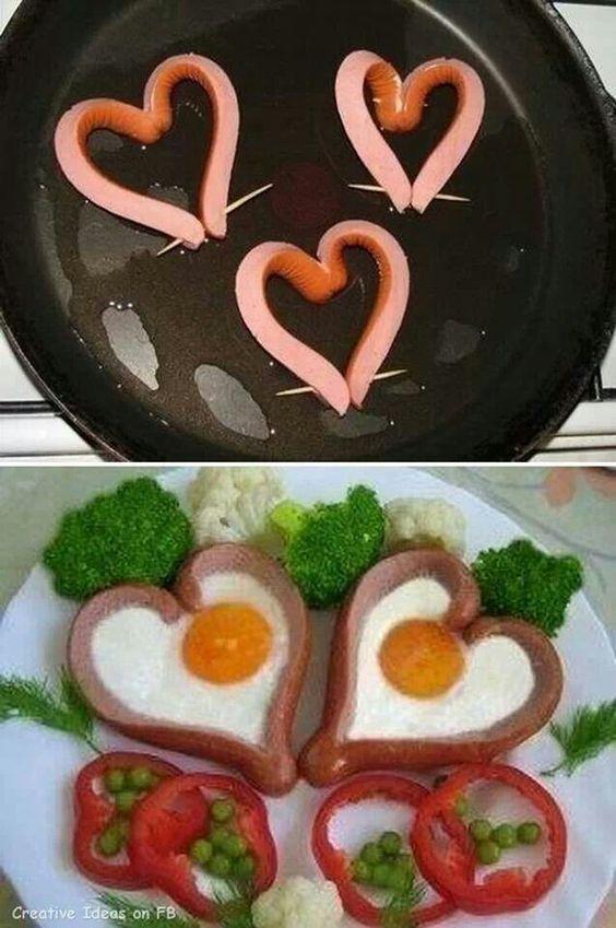Huevo con hot dog frito, una hoja lechuga, pimientos y alverjitas