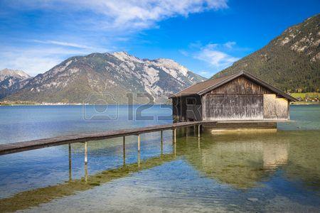 Båthus vid sjön Achensee i Österrike