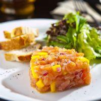Gastromania - Tartar de salmão com manga e molho de lima da pérsia e gengibre