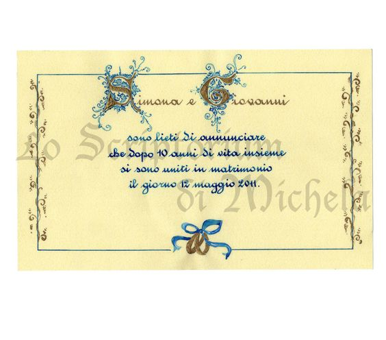 Annuncio di matrimonio su carta pergamenata da consegnare a mano arrotolato e chiuso con nastro di raso bianco.Iniziali degli sposi in oro con florilegi.Testo in scrittura rotonda colore blu cobalto. Dim. 27,5x17 cm