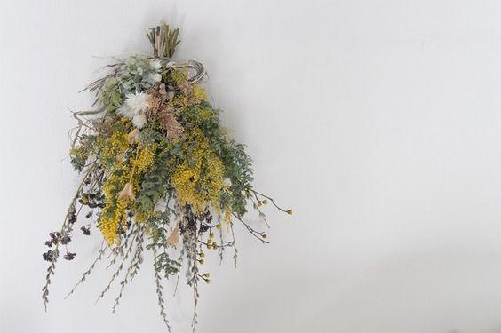 ミモザとネコヤナギ 春色 スワッグの画像1枚目 季節の生花種類 スワッグ ネコヤナギ