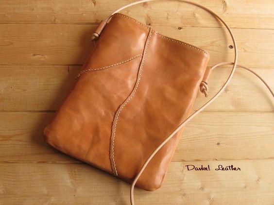 ご覧頂いてありがとうございます。ヌメ革の自然な部分をパズルのように組み合わせ、各箇所を丁寧に手縫いで仕上げたショルダーバッグです。太目の麻糸を使用し、手縫いで...|ハンドメイド、手作り、手仕事品の通販・販売・購入ならCreema。