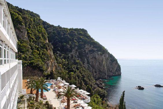 Dit 4-sterren hotel Aquis Agios Gordis Beach ligt direct aan zee en is in 2008 geheel gerenoveerd. Het is exclusief voor volwassenen bedoeld en beschikt onder andere over een wellnesscentrum. Het hotel ligt rustig in een prachtig groene omgeving aan het einde van de prachtige baai van Agios Gordis, 50 meter van het strand en 3km van het centrum van Agios Gordios. Tegen betaling is er een shuttleservice naar Corfu.  Officiële categorie A