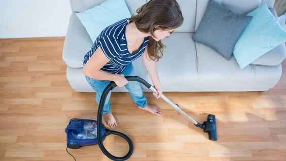 Ihren versiegelten Parkettboden reinigen Sie trocken unkompliziert mit Staubsauger und Bürstenaufsatz.