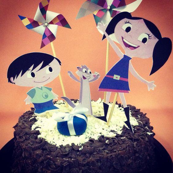 Bolo Luna para a festa do Joaquim. Sabor: maracujá, coberto com raspas de chocolate preto e branco