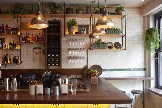 """Berber & Q Shawarma Bar, Exmouth Market (balcão, faixas de led iluminando bebidas, azulezos da cozinha """"escorrem"""" até o bar)"""