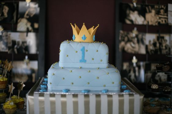 This Royal Birthday Party Cake is a fit for a king! #cake #kidsparty #firstbirthday