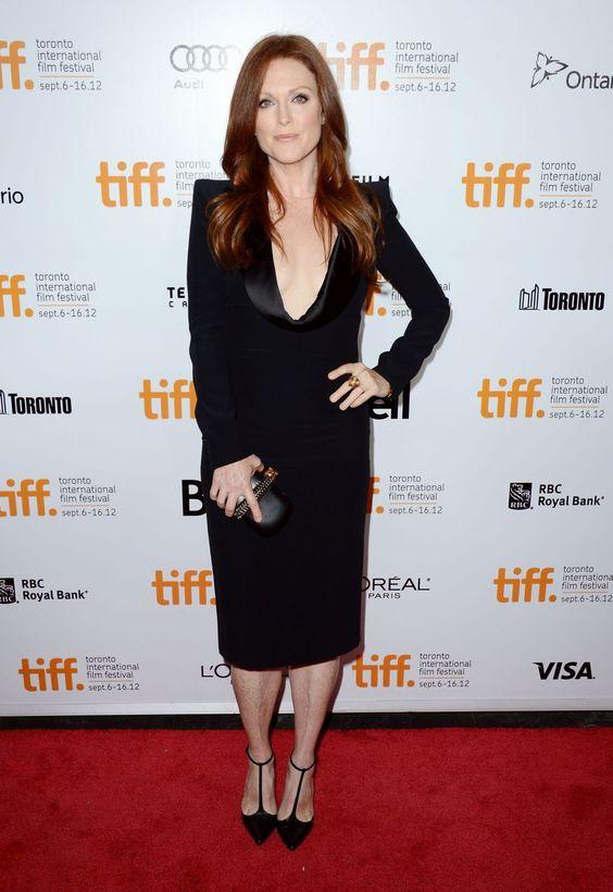 Julianne Moore super elegante com um Alexander McQueen na estréia do filme What Maisie Knew durante o TIFF.