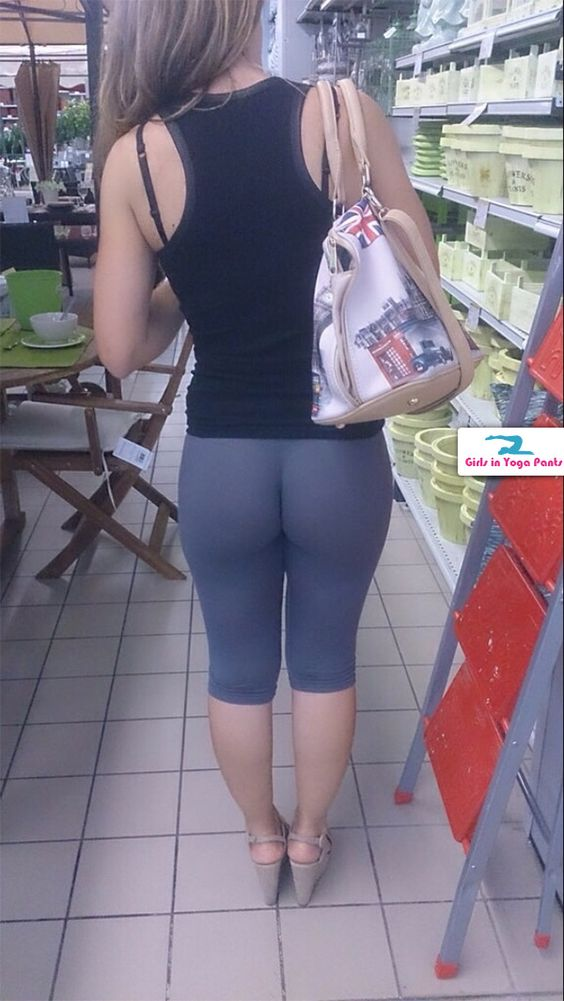 Great ass in grey yoga pants at the store : Girls In Yoga Pants