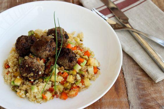 Esta receita de quinoa com vegetais e almôndegas traz um sopro de novidade à sua marmita sem grandes esforços. | 15 ideias de marmitas saudáveis para pessoas que sofrem de preguiça