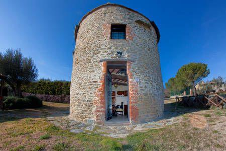 Échale un vistazo a este increíble alojamiento de Airbnb: Old Tower, lake view, swimming pool en Tuoro sul Trasimeno