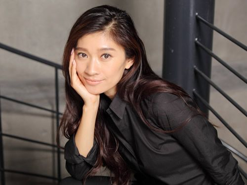 黒いシャツを着た篠原涼子