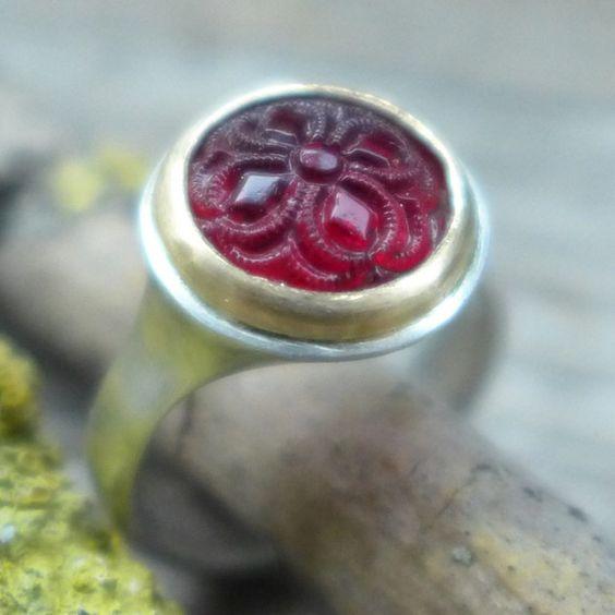 Ring mit rundem rotem Glasknopf 10mm mit Ornament, gefasst in Gelbgold 750/-, der Basisring ist aus Sterlingsilber gearbeitet. Dieses Modell fertige ich in der Wunschgröße nach Bestelleingang an,...