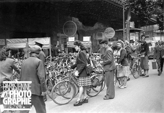 Guerre 1939-1945. Garage pour bicyclettes. Paris, juillet 1944.