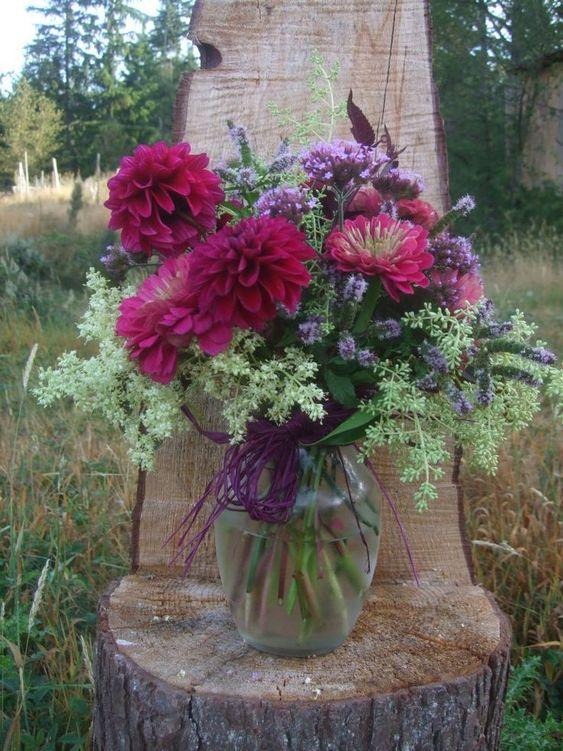 vaso con fiori bordeaux
