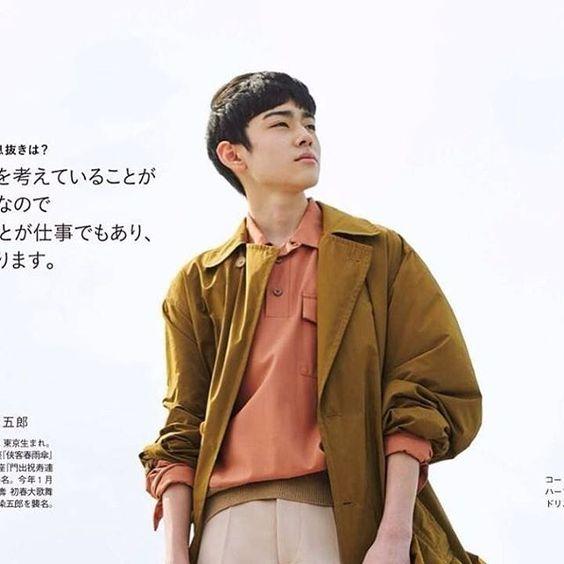 大きな空をバックに遠くを見つめる八代目市川染五郎のかっこいい画像
