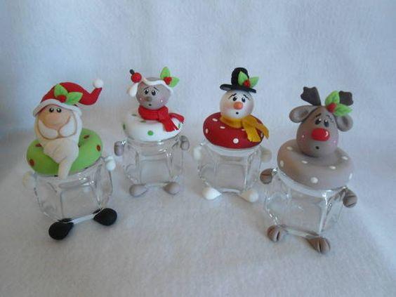 Delicados potinhos de vidro para presentear no natal. <br>Papai noel,rena e boneco de neve e ginger. <br>Recheie com a sua imaginação, pois com certeza vai agradar em cheio quem os receber. <br>Recheio não acompanha o produto.
