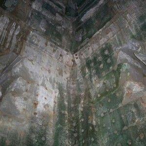 Những lỗ hổng độc đáo trên tường được cho là chứa kim cương trước kia