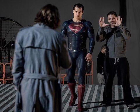 Clay Enos postou uma foto dos bastidores de Batman Vs Superman, nela podemos ver o diretor Zack Snyder passando orientações aos atores Jesse Eisenberg e Henry Cavill!! #Superman #BatmanVsSuperman #AlwaysHenryCavillBrasil
