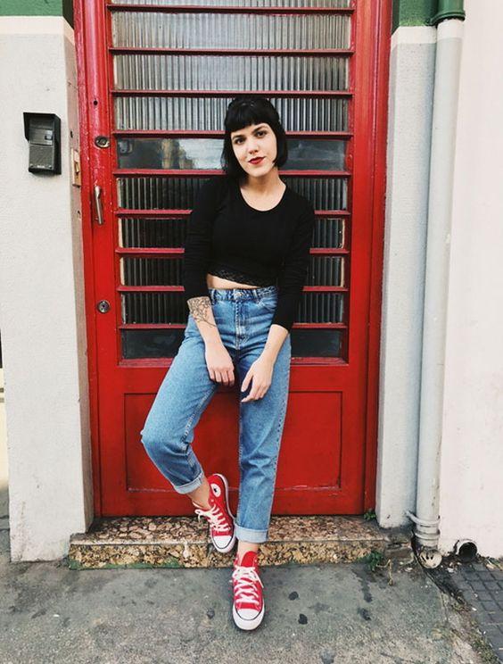O look descolex e urbano é garantido com mom jeans, cropped top preto e um All Star vermelho. Julia Abud - cropped-preta-mom-jeans-all-star - all-star - meia estação - street style