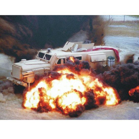 Explosão  Explosion  By: Rob Baer  From: spikeybits  #scalemodel #modelismo #miniatura #diorama #hobby #war #guerra #cenário #miniatur #maqueta #maquette #modelismo #plastickits #plasticmodel #plamodel #usinadoskits #udk #soldiers #explosion #explosão