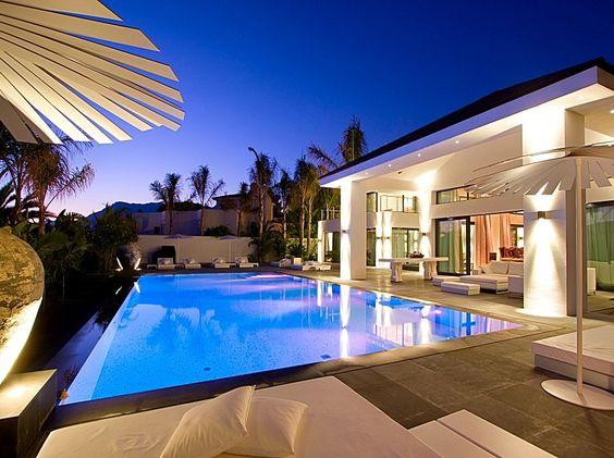 Piscina estilo moderno, revestida con mosaico SICIS e iluminación RGB, by Piscinas Godo. http://piscinasgodo.com/proyectos/proyecto-sicis-white/