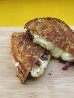 Queijo quente com cebola agridoce (ou o melhor queijo quente do mundo)