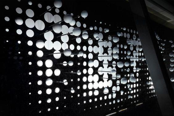 Креативные витрины магазина с инсталляцией из шаров и кругов