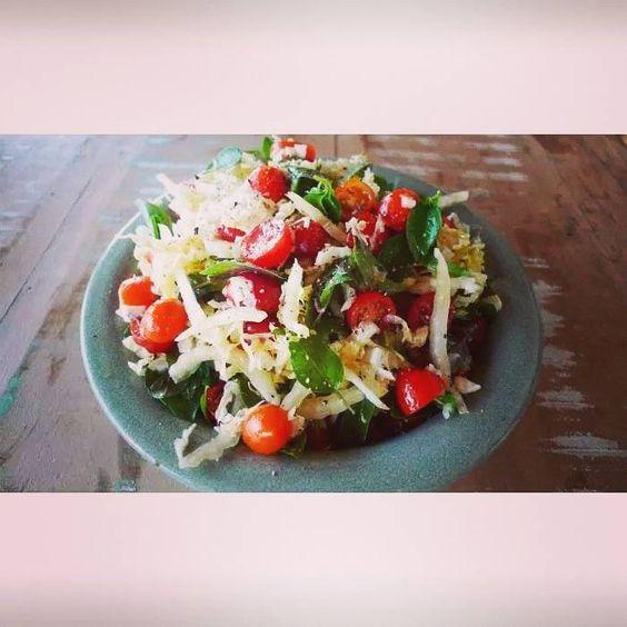 Dica de salada funcional de hoje: Salada funcional de acelga, tomates cereja e manjericão.  Vamos fazer!!  - 1 acelga cortada em fatias bem finas - 250g de tomates cereja cortados ao meio - 2 xícaras de chá de folhas de manjericão - Sal e pimenta do reino a gosto - azeite - caldo de 1 limão  É simples preparar!!  Em uma vasilha grande, misture todos os ingredientes crus, tempere com sal, pimenta do reino, azeite e limão. Pronto.