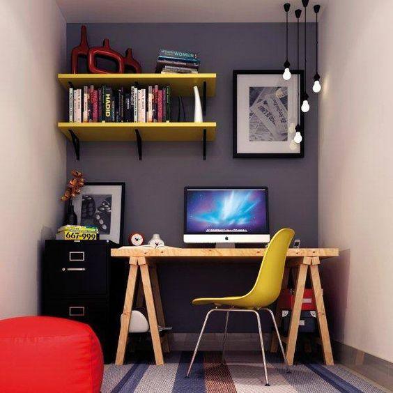 Uma boa opção de iluminação é apostar em luminárias que estejam presas no teto mas suspensas perto da mesa de trabalho.