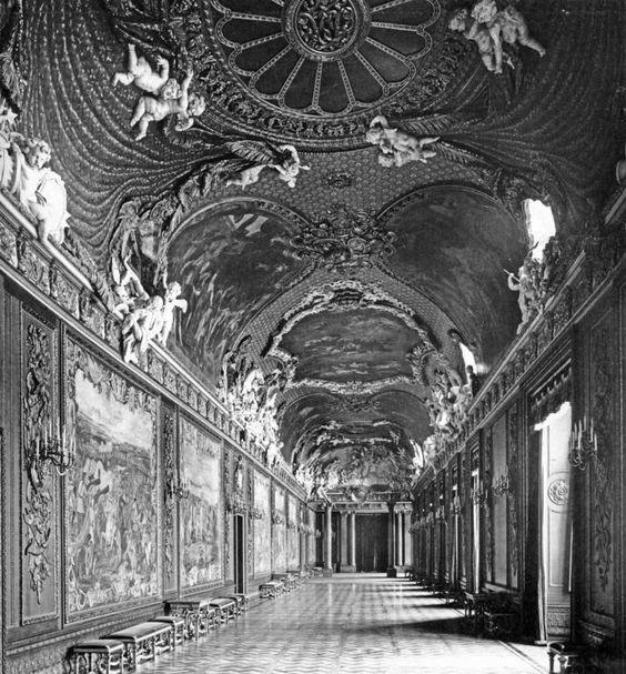 Innenräume des Schlosses - Paradekammern, Bildergalerie (Raum 774), von J. F. Eosander v. Göthe, hier in der Neugestaltung durch E. v. Ihne (1914-1916) als Gobelingalerie. Blick nach West. - Aufnahme 1916. MBA.