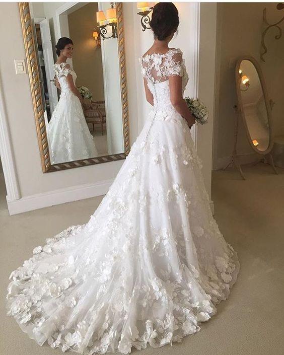 Vestido incrível da @wanda_borges . A renda é perfeita !!!  #casamentosetc #noiva #vestidodenoiva #bridaldress #wedding #fiancé #bridetobe #bridal #bride #noivadiva #weareweddings #love