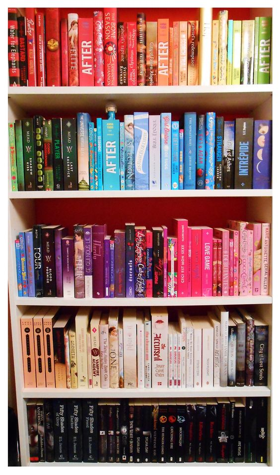I re-organized my rainbow bookshelf and...it's so beautiful, isn't it ? ♥♥♥: