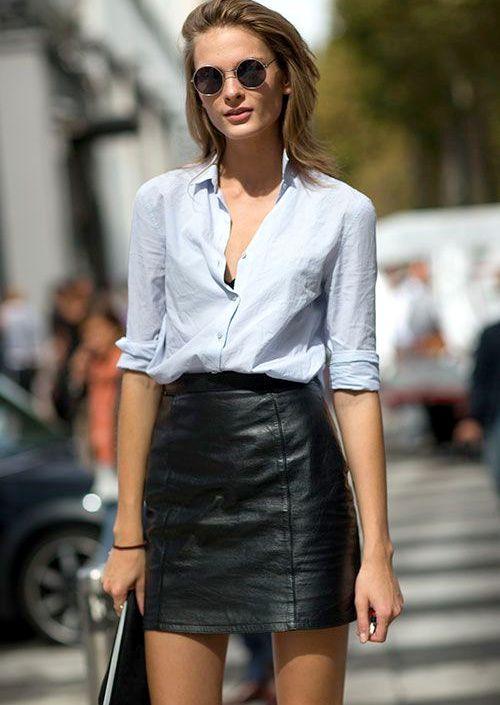 Rien de tel qu'une étroite chemise bleu ciel pour apaiser une mini jupe en cuir taille haute !