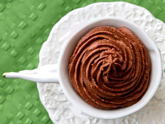 Mousse leve de chocolate Ingredientes 200 g de chocolate meio amargo picadinho ¾ de xícara de água quente Gelo  Modo de preparo Coloque um saco plástico em volta do bowl da batedeira e coloque o gelo dentro do saco. Ponha o chocolate picado na batedeira. Junte a água quente e bata em velocidade máxima por dois minutos. Sirva imediatamente.