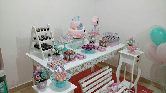 Bandejas de doces, feitas com taças e pratos pintados.