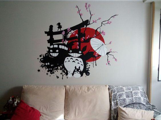 Totoro sobre muro en pintura plástica y a pincel.