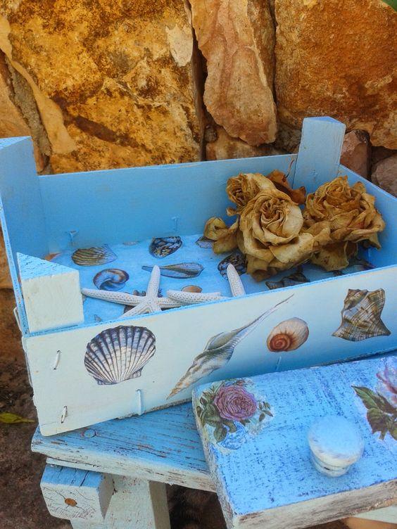 el mar en la mesa, en la caja y el perchero.