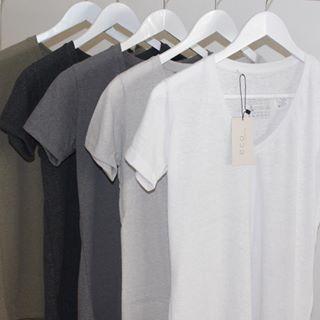 Desejar com todas as forças as camisetas desta foto: | 17 prazeres que só quem ama roupas básicas vai entender