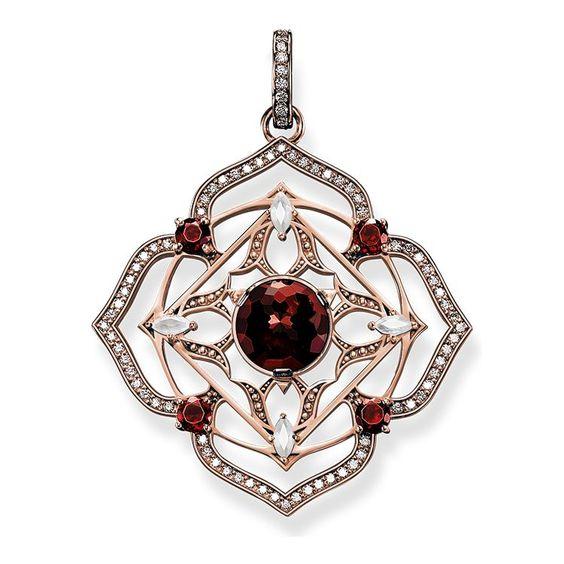 Colgante de la colección Fine Jewellery de THOMAS SABO. El chakra raíz Mūlādhāra fomenta el instinto, la estabilidad y la capacidad de imponerse. Colgante en oro rosa de 18 quilates con granates rojos, cuarzo lechoso y diamantes blancos. [Artikeltabelle]Categoría:Colgante Motivo:Chakra raíz Material:Oro rosa de 18 quilates Piedras:Blanco diamante (0,4 ct.), Granate rojo, Cuarzo milky Cierre:con ojal Medida:Tamaño aprox. 3,8 cm (1,48 Inch) Artículo:J_PE0005-736-10[/Artikeltabelle]