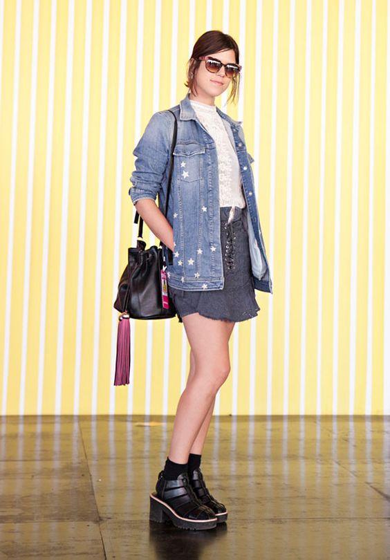 chantal sordi editra brasileira elle look do dia jaqueta jeans oversized camisa saia babado cinza:
