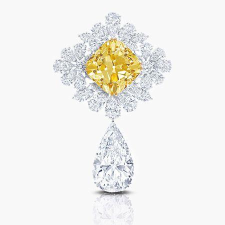 """GRAFF DIAMONDS Já é extremamente raro encontrar um diamante de 100 quilates e, ainda mais raro, é encontraR dois diamantes de 100 quilates juntos em uma jóia. Criado para a Bienal, """"The Star Real de Paris  incorpora o """"Graff Girassol"""", um 107,46 quilates de fantasia amarela corte do diamante e da """"Perfeição Graff ', a 100,00 quilates cor D impecável gota de diamante em forma de pêra. Que requer habilidade excepcional para cortar um diamante deste tamanho, as Graff Diamonds com sede em…"""