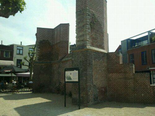 Restant van de Vrouwekerk aan het Vrouwenkerkhof Leiden. Gebouwd in de 14e eeuw. Hier gingen in de 17e eeuw de Pilgrim Fathers en de eerste kolonisten van Manhattan ter kerke.