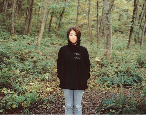 森に立っている宇多田ヒカル
