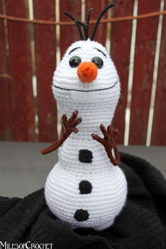 Tons on awesome Frozen crochet patterns including this Olaf. #crochet #make