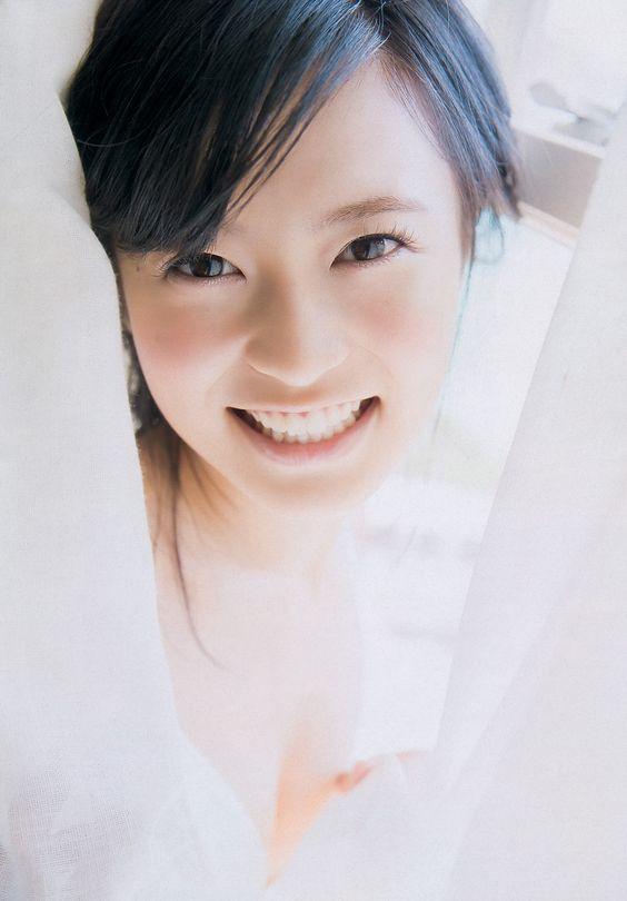 白いカーテンと笑顔のかわいい小島瑠璃子