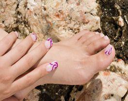Três técnicas com três soluções diferentes para poder mostrar as unhas dos pés no Verão.